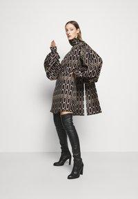 Victoria Beckham - BISHOP SLEEVE DETAIL MINI - Koktejlové šaty/ šaty na párty - dark navy/gold - 1