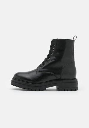 Kotníkové boty na platformě - noir