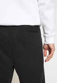 Jordan - M J JUMPMAN CLSCS LTWT PANT - Verryttelyhousut - black/gym red/white - 3