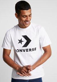 Converse - STAR CHEVRON TEE - Camiseta estampada - white - 0