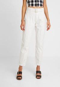 Missguided - RIOT FRONT SEAM SELF BELT - Jeans Relaxed Fit - white - 0