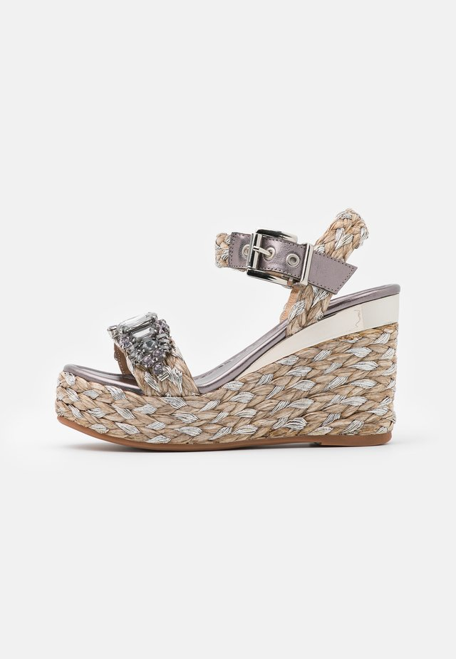 Sandały na platformie - pewter