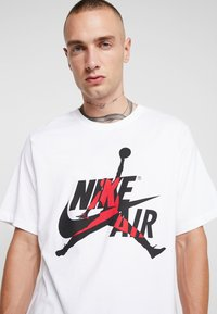 Jordan - CLASSICS  CREW - T-shirt med print - white/gym red - 4