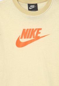 Nike Sportswear - Print T-shirt - coconut milk/lemon drop/bright mango - 2