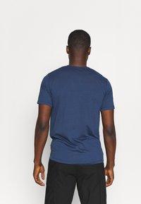 Peak Performance - EXPLORE TEE - Print T-shirt - stone veil - 2