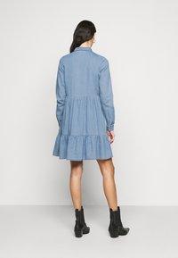 Vero Moda Tall - VMMARIA FRILL DRESS - Denimové šaty - light blue denim - 2