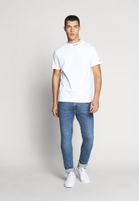 Tommy Jeans - TJM BRANDED HIGH NECK TEE - Triko spotiskem - white - 1