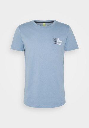 CHESTPRINT - T-shirt med print - light blue indigo