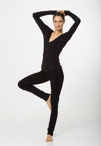 Curare Yogawear - WRAP - Topper langermet - black - 1