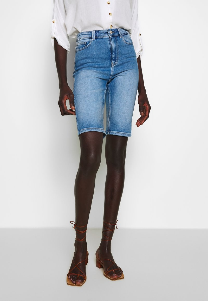 PIECES Tall - PCKAMELIA  - Denim shorts - light blue denim