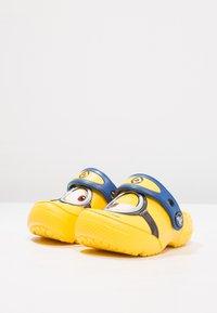 Crocs - FUN LAB DESPICABLE ME 3 MINIONS - Pool slides - yellow - 2