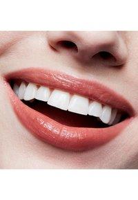 MAC - LUSTRE LIPSTICK - Lipstick - touch - 2