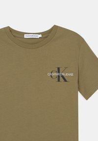 Calvin Klein Jeans - CHEST MONOGRAM UNISEX - Triko spotiskem - green - 2