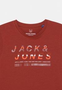 Jack & Jones Junior - JCOBOOSTER CREW NECK  - Triko spotiskem - red ochre - 2
