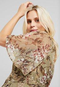 Hope & Ivy Maternity - FLUTTER SLEEVE WRAP DRESS - Maxi šaty - green - 3