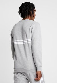 adidas Originals - OUTLINE PULLOVER - Sudadera - medium grey heather - 2