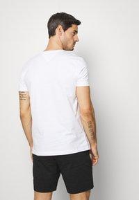 Tommy Hilfiger - COOL SMALL TEE - T-shirt z nadrukiem - white - 2