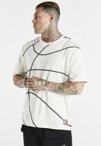 SIKSILK - SPACE JAM BASKETBALL GRAPHIC TEE - T-shirt imprimé - ecru - 0