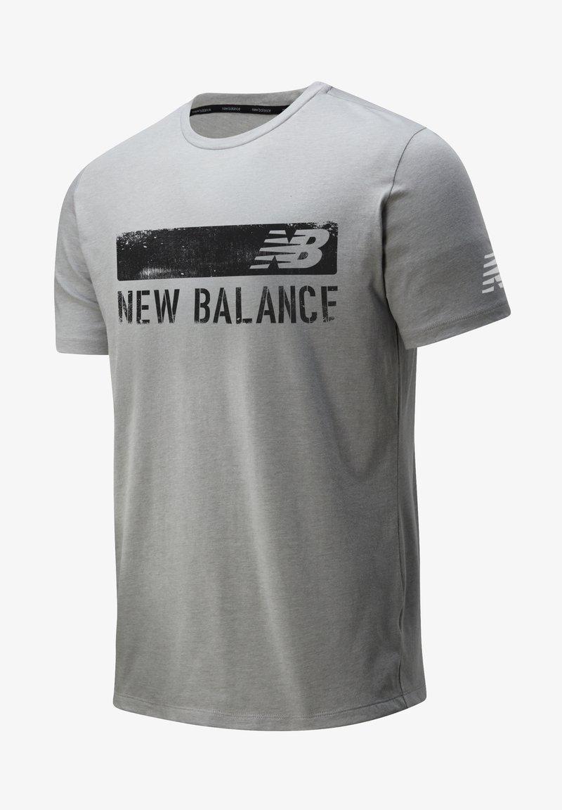 New Balance - GRAPHIC HEATHERTECH - Print T-shirt - athletic grey multi