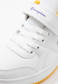 Champion - LOW CUT SHOE REBOUND UNISEX - Basketball shoes - white/yellow - 2