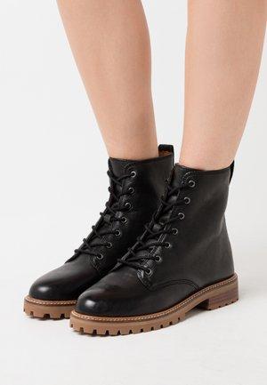CLAIR LACE UP BOOT - Šněrovací kotníkové boty - true black