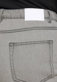 Glamorous Curve - LADIES  - Relaxed fit jeans - bleached light grey - 3
