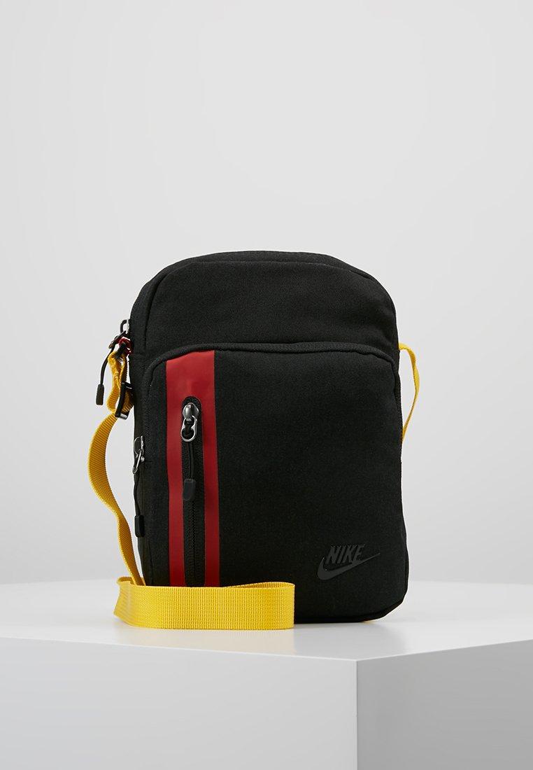 Corredor Goma secundario  Nike Sportswear TECH SMALL ITEMS - Bandolera - black/university red/glossy  black/negro - Zalando.es