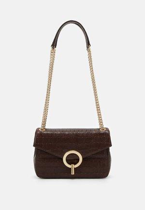 CROCO CHAIN SHOULDER BAG - Handbag - marron