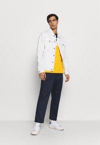 Lacoste - T-shirt imprimé - marine/guepe/blanc - 1