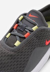 Nike Sportswear - AIR MAX MOTION 2 BTE - Sneakers basse - iron grey/bright crimson/limelight/white - 5