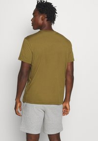 Champion - LEGACY HERITAGE TECH SHORT SLEEVE - T-shirt med print - olive/black - 2