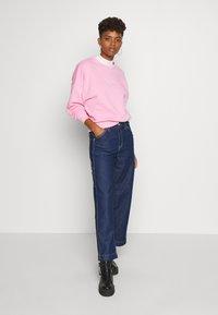 Karl Kani - SIGNATURE CREW - Sweatshirt - pink/white - 1