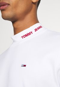 Tommy Jeans - LONGSLEEVE HIGH NECK TEE - T-shirt à manches longues - white - 6