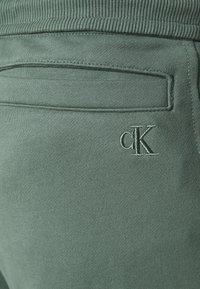 Calvin Klein Jeans - MICRO BRANDING PANT - Pantaloni sportivi - duck green - 4