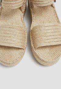 PULL&BEAR - Sandály na klínu - sand - 4