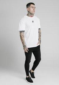 SIKSILK - INSET CUFF ESSENTIAL  - Print T-shirt - white - 3