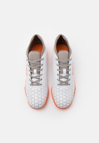 Umbro - VELOCITA V CLUB IC - Indoor football boots - white/carrot/frost gray - 3
