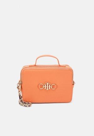 CLUB CAMERA BAG - Handbag - orange