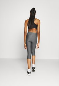 Under Armour - HEATGEAR CAPRI - Pantalon 3/4 de sport - charcoal light heather - 2