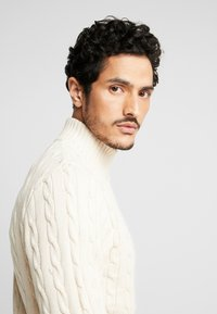 Selected Homme - SLHRYAN STRUCTURE HIGH NECK - Strickpullover - white melange - 3