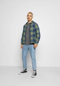 Converse - ALL OVER UTILITY ZIP FRONT SHIRT UNISEX - Summer jacket - tartan - 1