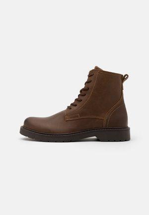 SLHTHOMAS BOOT  - Šněrovací kotníkové boty - cognac