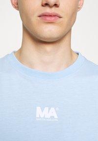 Martin Asbjørn - TEE - T-shirt basic - dream blue - 7