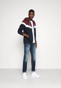 Jack & Jones - JJSHAKER ZIP HOOD - Zip-up hoodie - port royale - 1