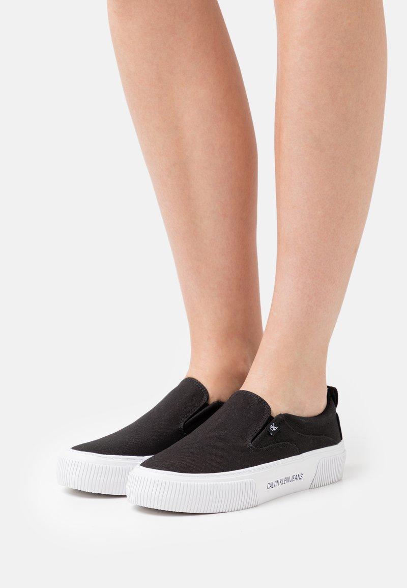Calvin Klein Jeans - VULCANIZED SKATE - Nazouvací boty - black