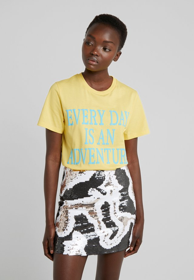 EVERYDAY - Print T-shirt - yellow