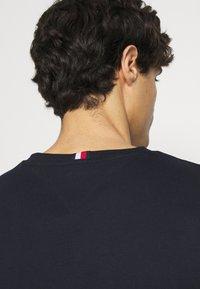 Tommy Hilfiger - NEW SMALL LOGO TEE - T-shirt med print - desert sky - 4