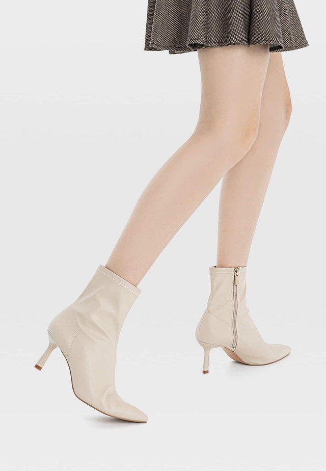 MIT SCHMALEM ABSATZ  - Korte laarzen - off-white