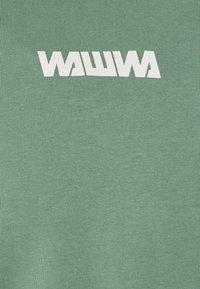 WAWWA - UNISEX NUUK SAGE - T-shirt z nadrukiem - green - 2