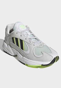 adidas Originals - YUNG-1 SHOES - Trainers - green - 4